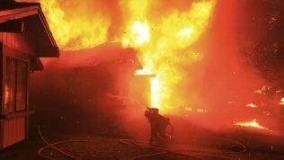 California devastata dagli incendi: vittime e dispersi